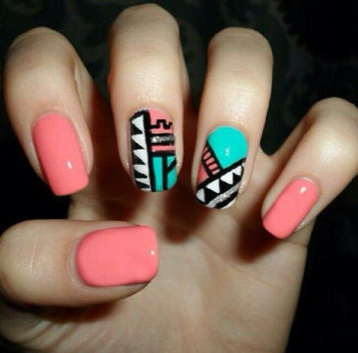 Uñas coral con toque tribal
